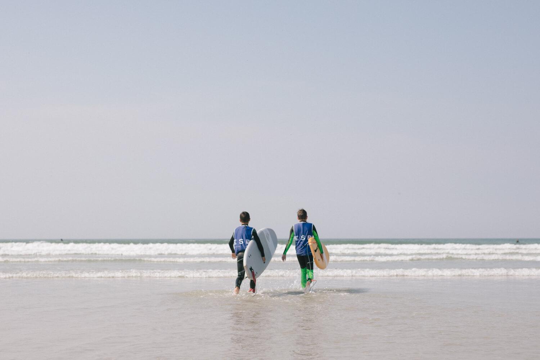 Ecole de Surf Bretagne - Deux surfeurs